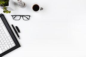 bureau-travail-clavier-lunettes_23-21478
