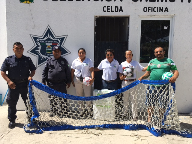 Donando material deportivo a la Delegación de fútbol de Chemuyil.