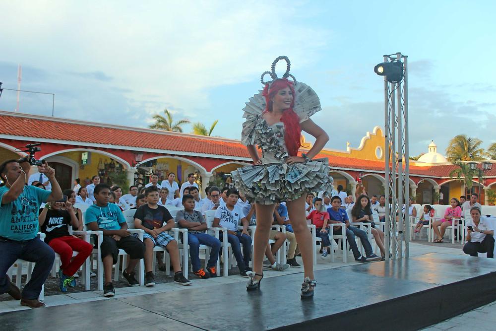 Participante vestido reciclado Ecodesfile Bahia Principe Riviera Maya