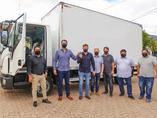 Cristal recebe caminhão baú