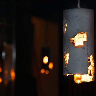 DOOR-NO-8-STEAKHOUSE-Betonlampen-an-der-