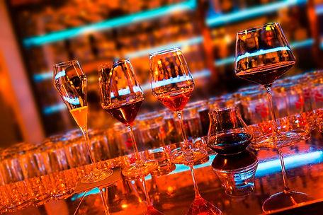 DOOR-NO-8-STEAKHOUSE-Drinks-an-der-Bar.j