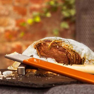 DOOR-NO-8-STEAKHOUSE-Steak-im-Salzmantel