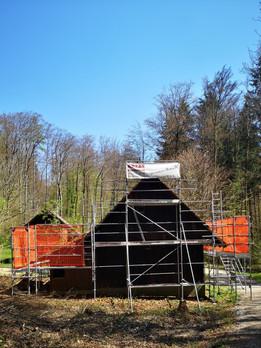 Bärenhütte mit Baugerüst hinten 2021-04-