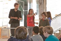 enfants font un spectacle aprés leur atelier magie