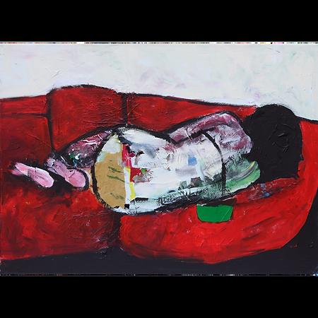 Donna su divano rosso