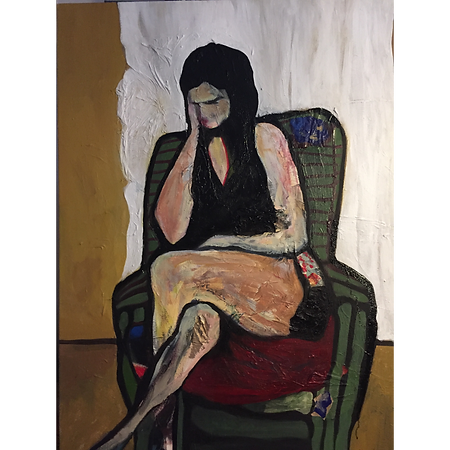 Donna seduta su divano verde