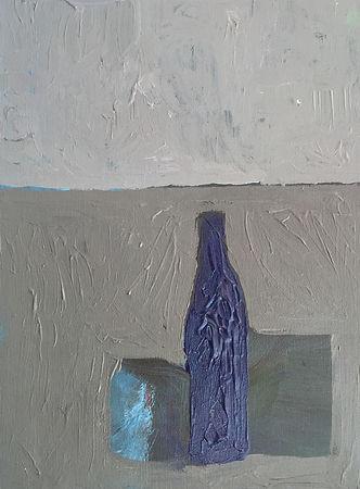 Natura morta grigia con bottiglia blu