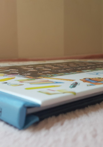 Ejemplo de libro álbum para profesora, con textos manuscritos y dibujos.