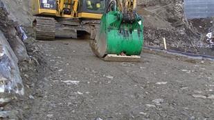 Ковш вибротрамбовщик на строительстве дороги