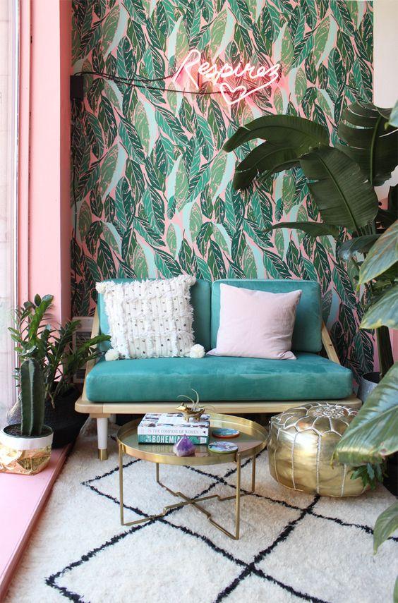 Petit salon au style tropical en rose et vert