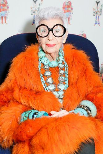 Iris Apfel en total look orange, véritable icône mode!