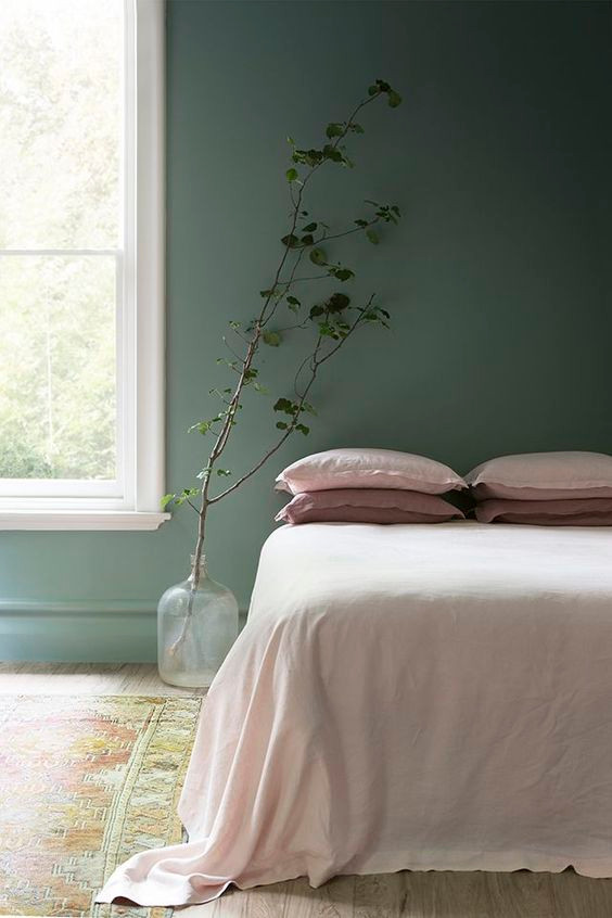 Ambiance duce et chaleureuse pour cette chambre en rose pâle et vert sauge