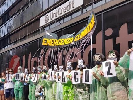 I Ragazzi di Greta s'incatenano davanti alla sede Unicredit di via Nizza