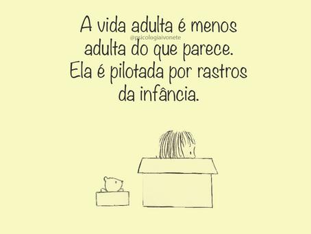A vida adulta é menos adulta do que parece. Ela é pilotada por rastros de infância.