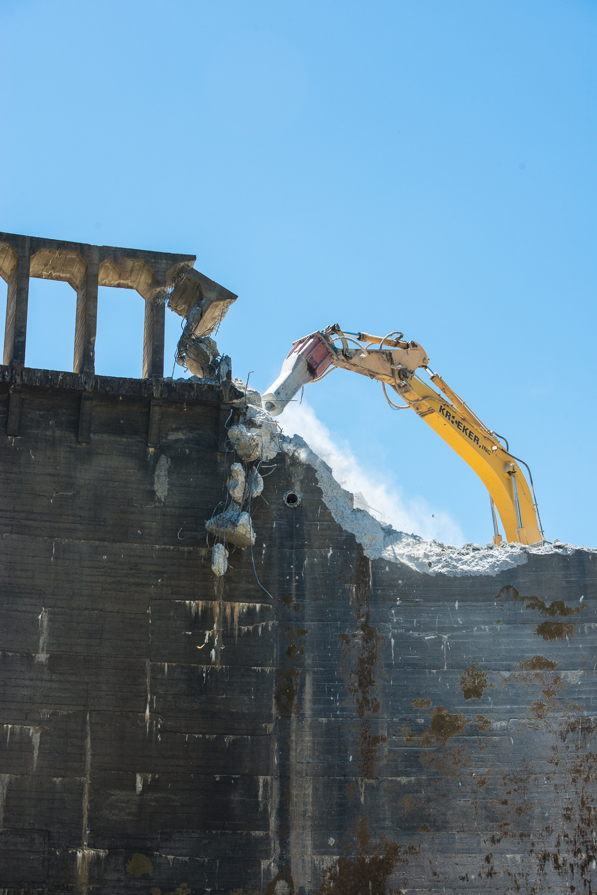 Beginning of the dam demolition