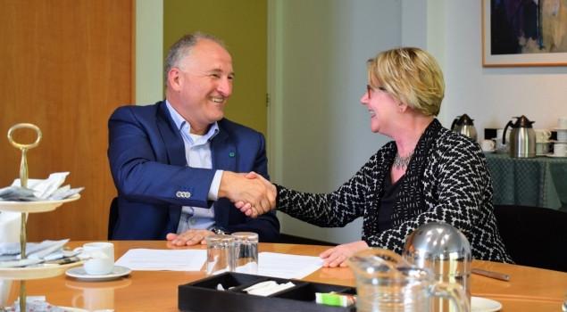 Michel van Wijk tekent in gezelschap van Wethouder Ingrid Voncken de intentieovereenkomst.