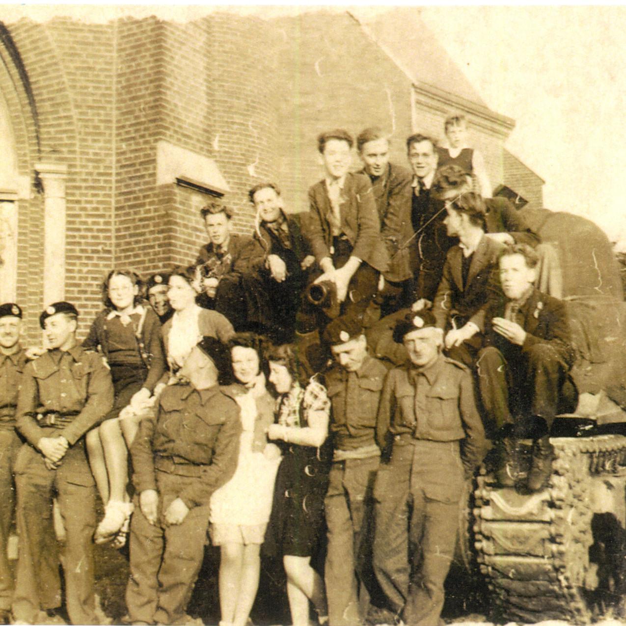 Een Engelse tank in Oploo bij de kerk