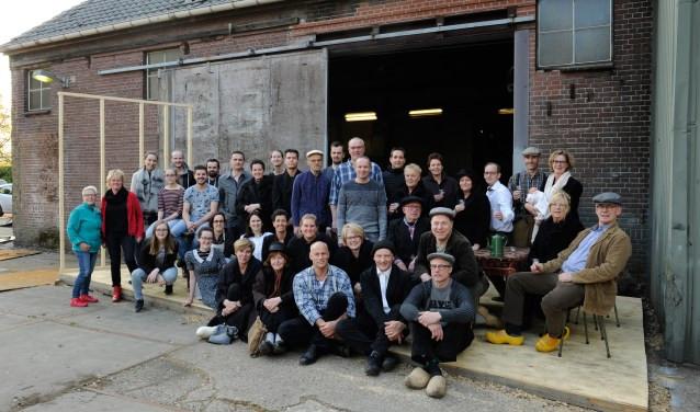 Eén groot deel van de cast van het toneelstuk 'In de schaduw van de rômfabriek'. (foto: Ingrid Driessen)