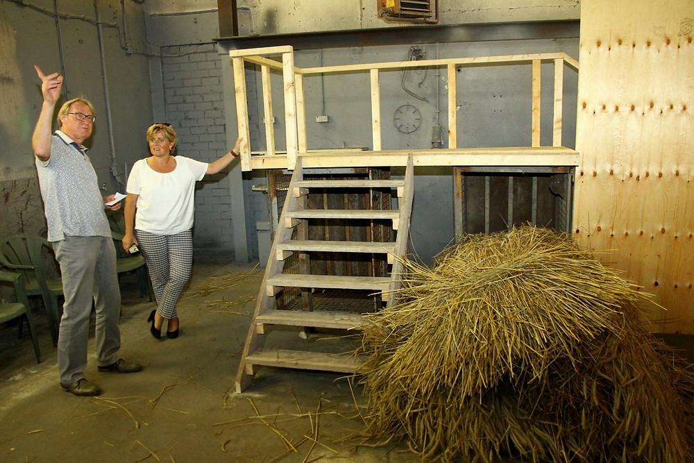 Burgemeester Marleen Sijbers bekijkt de 'Kelder' waar straks enkele scènes zullen afspelen.