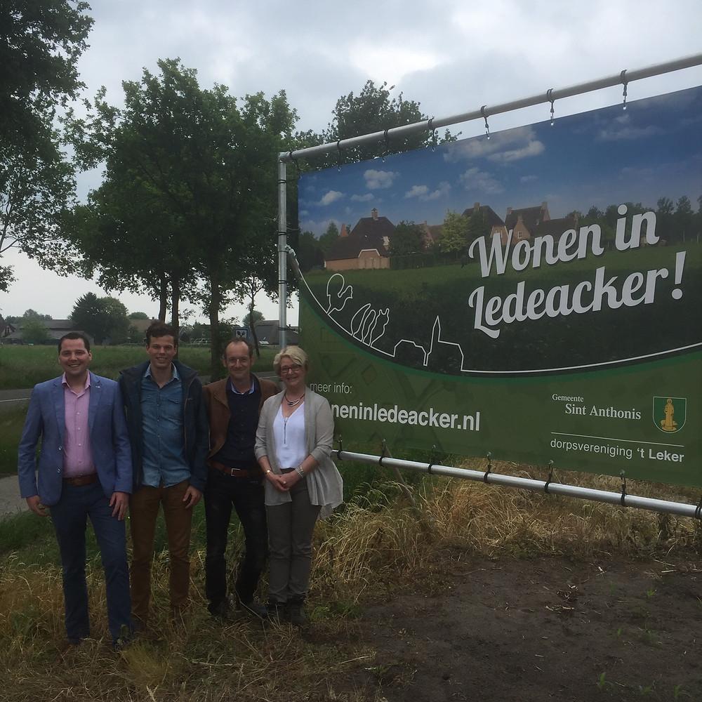 De werkgroep poseert samen met Wethouder Ingrid Voncken bij een van de spandoeken.