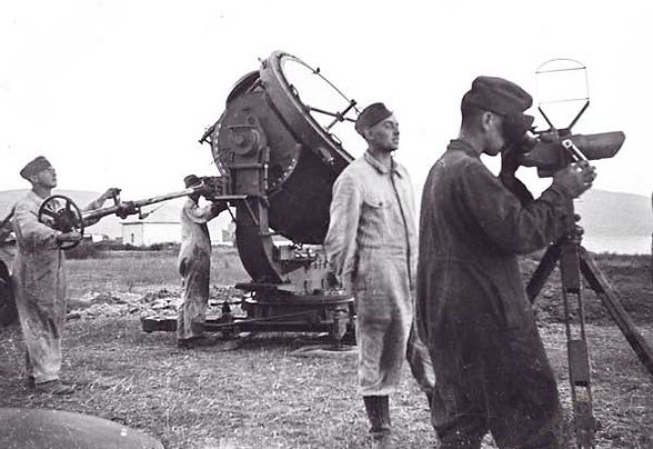 Een Duits zoeklicht met bedienend personeel zoals dat tussen eind 1943 en medio 1944 stond opgesteld bij het 'Moffenhuisje' aan het Rondveld.