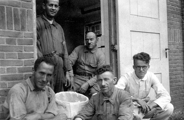 Kort na de Tweede Wereldoorlog telde de rômfabriek vijf medewerkers: Thij van de Steeg (staand), Pètje Wientjes (midden). Voor v.l.n.r. Bert Reijnen, Harrie Wientjes en Victor Miedema (zoon van de directeur).