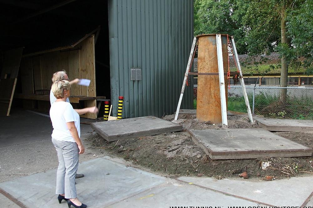 Bij de schoorsteen welke in het stuk opnieuw wordt gebouwd.