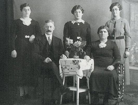 Een zondagse foto van het gezin van middenstander Hendriks in 1940. Zittend Jan en Jaan Hendriks-Hermens, staand v.l.n.r. hun dochters Miet, Nella en Nolda.
