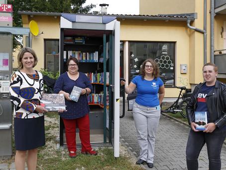 Bürgermeisterin weiht öffentliche Bücher-Telefonzelle im Inneren Südosten ein