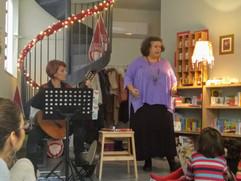 Αφηγήσεις παραμυθιών της λαϊκής παράδοσης με συνοδεία μουσικής από την Νάγια Οικονομοπούλου και την Ακριβή Γκιουλέκα .