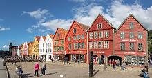 Bryggen,_Bergen,_Noruega,_2019-09-08,_DD_115-117_PAN_edited.png