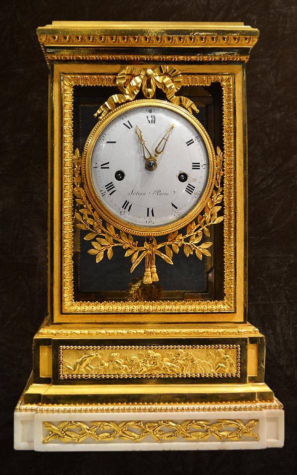 Pendule cage en bronze doré et marbre blanc, d'époque Louis XVI, le cadran et le mouvement signés Sotiau à Paris Vers 1785 Renacle-Nicolas Sotiau, maître en 1782. H: 42 cm, L: 26 cm, P: 19 cm