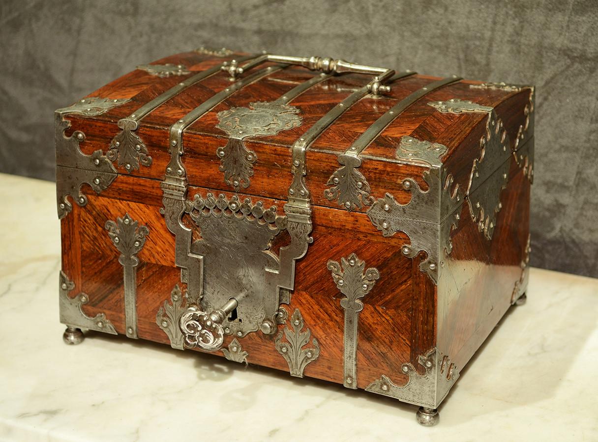 Coffret en placage depalissandre et fer gravé, Signé Pérille à Moulins, début du XVIIIème siècle H: 15 cm, L: 22,5 cm, P: 17cm