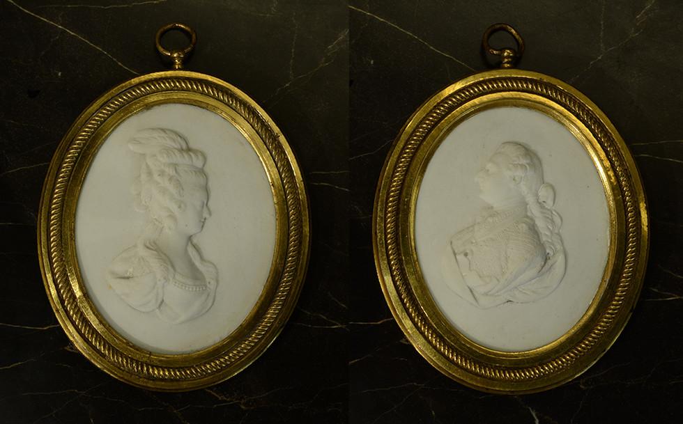 Paire de Médaillons en biscuit de porcelaine dure de Sèvres, représentant Louis XVI et Marie-Antoinette. Vers 1780 H: 9,5 cm avec le cadre
