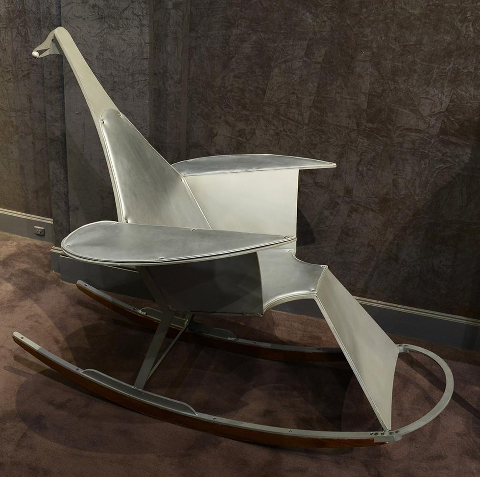 François Xavier Lalanne Rocking Chair en fonte l'aluminium, bois et cuir. Vers 1990 Cachets FXL, Lalanne et de l'éditeur Arcurial H: 114 cm, L: 130 cm, P: 100 cm.