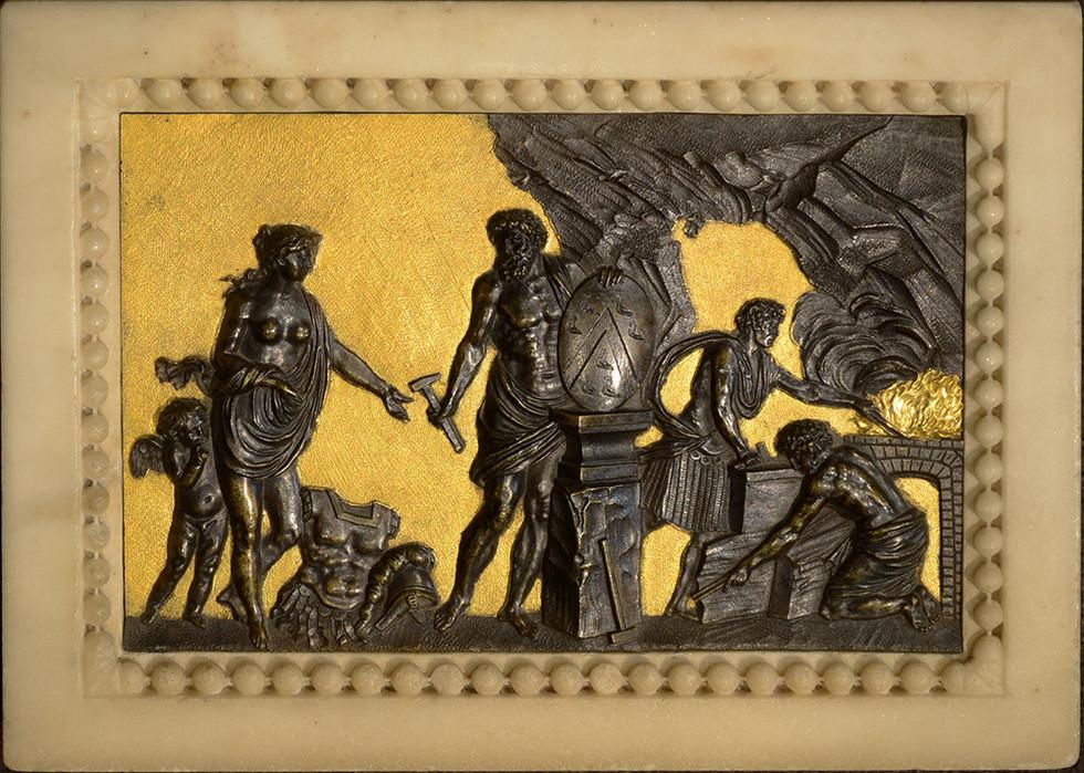 Relief en bronze ciselé patiné et doré encadré en marbre blanc sculpté Vénus demandant des armes à Vulcain pour son fils Enée. Armoiries du duc d'Aumont Vers 1780 17,5 par 24,5 cm
