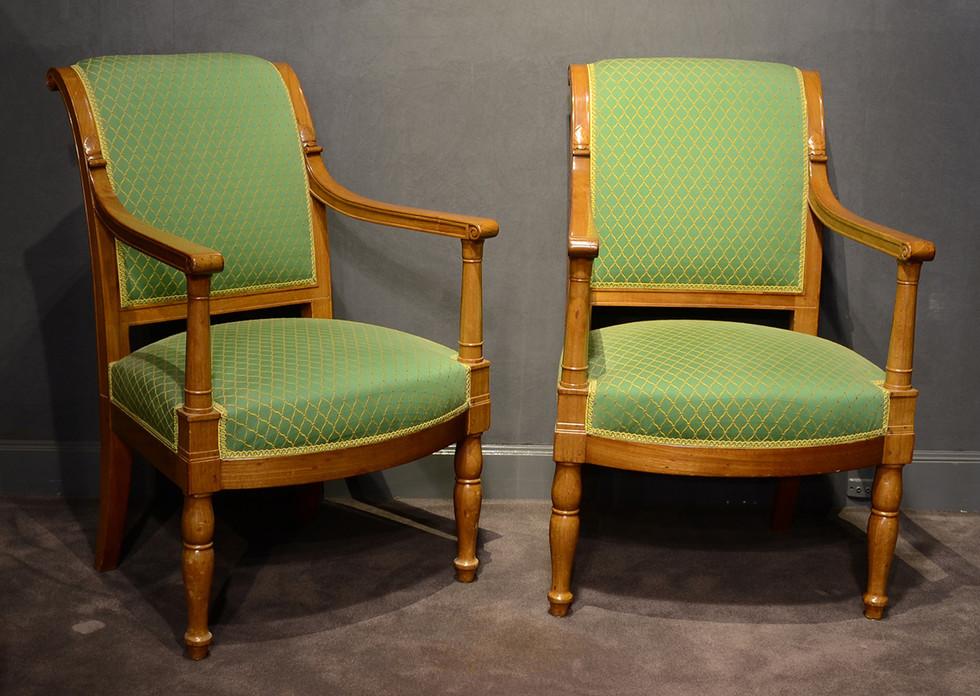 Paire de fauteuils d'époque Empire en acajou, estampillés Jacob D. rue Meslée et portant la marque au feu du château de Fontainebleau, Vers 1810 H: 89 cm, L: 47 cm, P: 52 cm