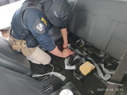PRF apreende Crack e Eletrônicos transportados em fundos falsos em Céu Azul/PR