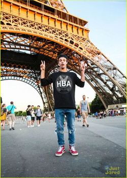 cameron-dallas-eiffel-tower-paris-19
