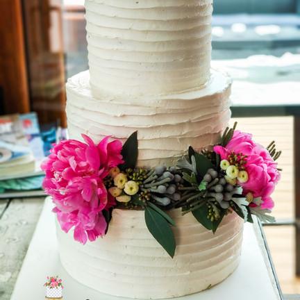 tarta tres pisos crema y flores.jpg
