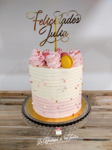 tarta sin fondant rosa y macarons.jpg