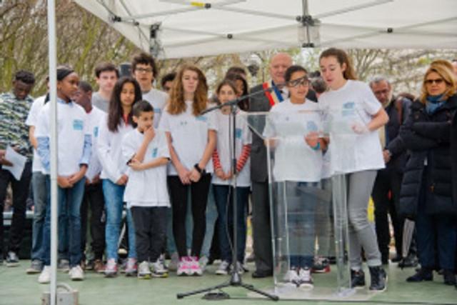 Prise de parole des conseillers jeunes lors de l'inauguration du skate-park ©Issy-les-Moulineaux