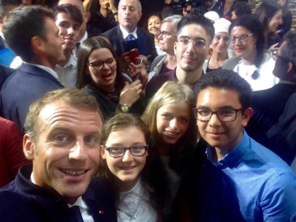 Emmanuel Macron s'est prêté au jeu des selfies avec le collège jeune du HCFEA, de gauche à droite ; Capucine, Lilah et Paul