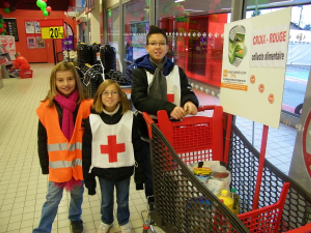 Les conseillers enfants lors de la collecte organisée en faveur de la Croix Rouge Française ©Mairie de St-Quentin-Fallavier