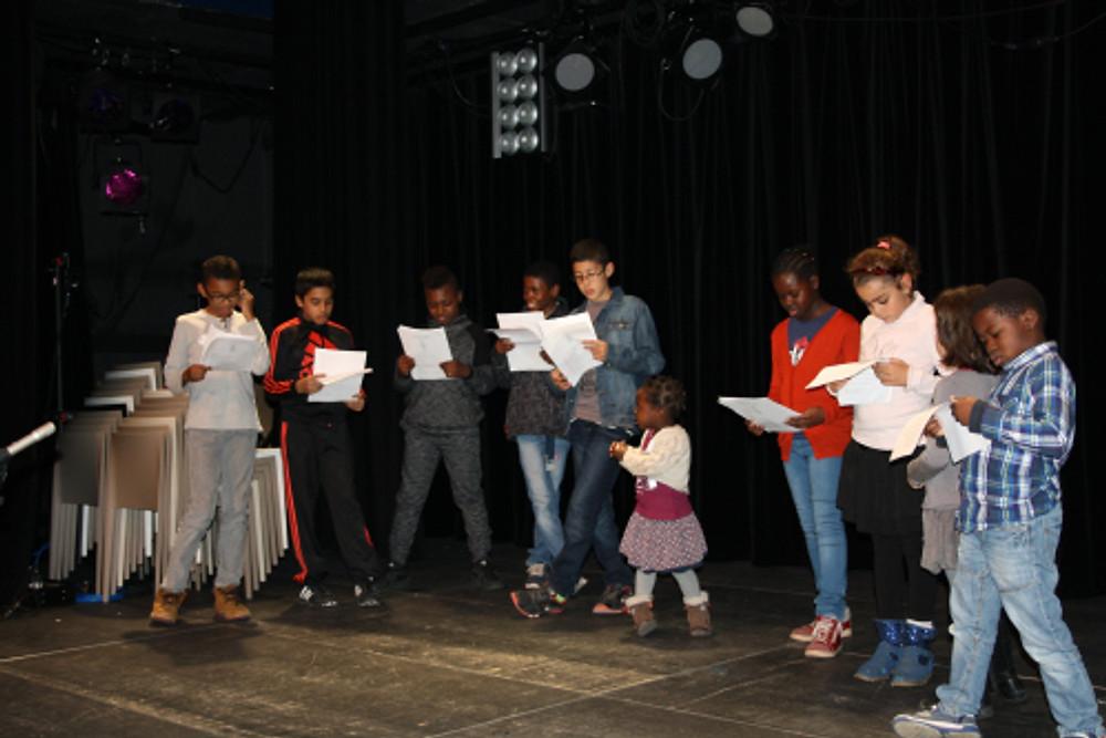 Le CCE de La Courneuve en pleine répétition de leur saynète sur les Droits de l'enfant ©LaCourneuve
