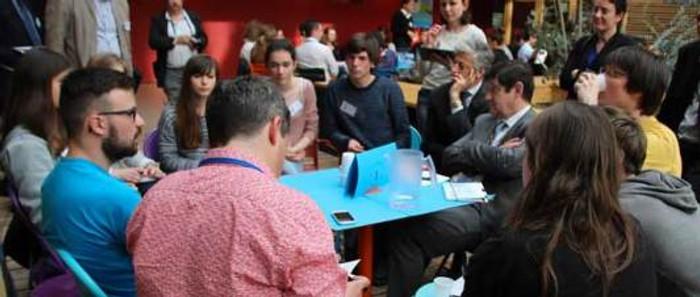 Patrick Kanner, en compagnie des jeunes présents à Nantes pour le premier rendez-vous de la Jeunesse ©Préfecture 44
