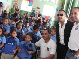 Zacarías Ferreira entrega útiles escolares a escuelas de Tamboril y Moca
