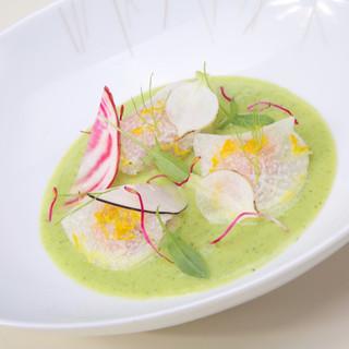 Ravioles de daikon / crème de courgette / truite confite