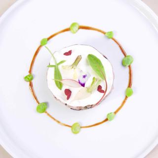 Tartare de veau / crème de parmesan / fèves / jus court